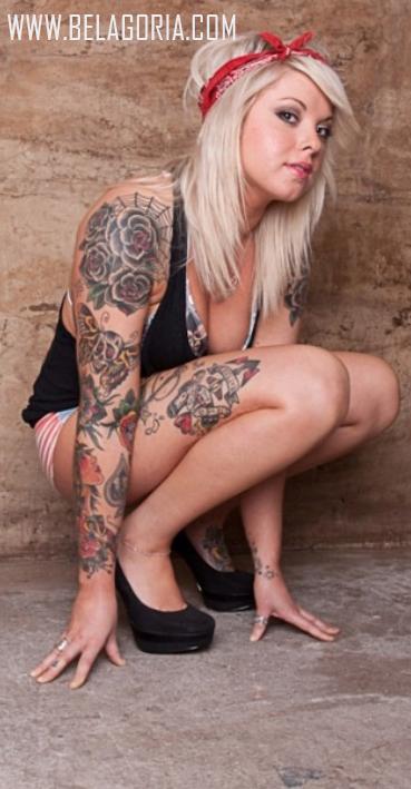 chica con badana en la cabeza, lleva tatuajes old school