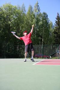 Tennisvalmentaja Olavi Lehto tennissyötöistä kämmen- ja rystylyönteihin, sekä verkkopeliin