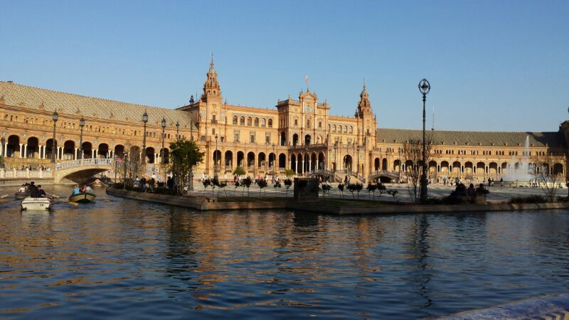 Plaza de España de forma semicircular, con representación de 48 provincias españolas
