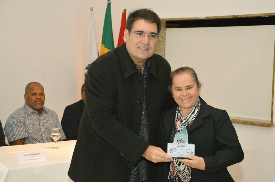 A camareira Raquel Ribeiro recebe o troféu das mãos do empresário e diretor do Sine, Ricardo Raposo