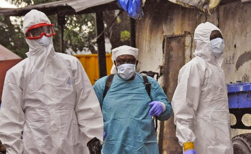 Médicos luchan contra el ébola