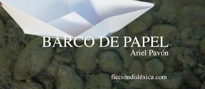 imagen de un barco de papel que flota en un río junto al título de la poesía de Ariel Pavón de Ecuador para el blog ficciondislexica.com