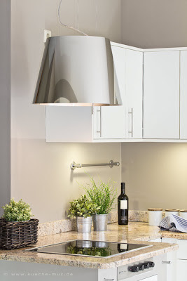 Ein moderner Dunstabzug gibt dieser Küche den letzten Pfiff.
