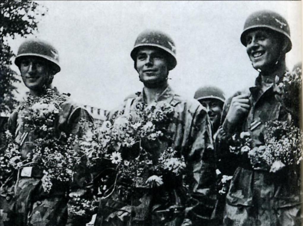 Победоносные немецкие парашютисты на