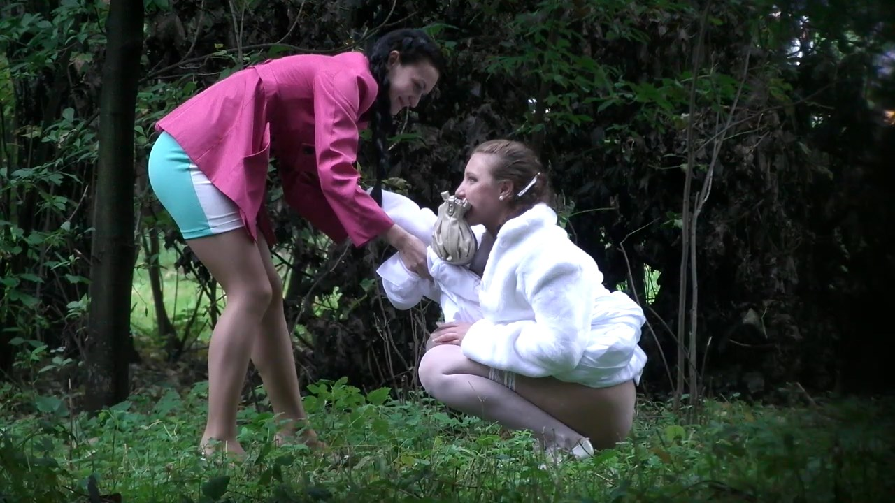 Voyeur Zone: Girls pee in the park at the wedding 3