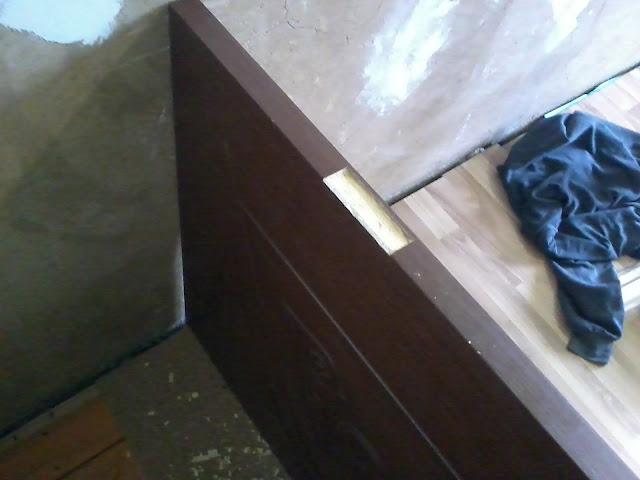 Выдалбливаем паз под дверные петли