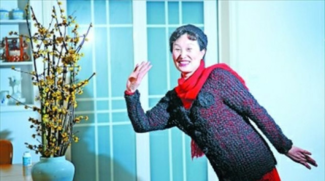 Esposa devota china pasa 11 años tejiendo un abrigo y una gorra a su marido usando su propio pelo