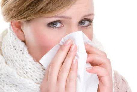Gambar wnita mimisan dengan hidung keluar darah dan terasa sakit