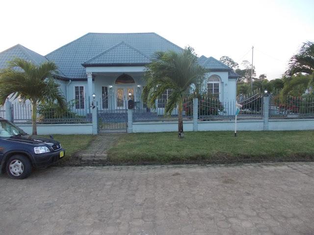 Suriname plekje onder de surinaamse zon - Te bouwen zijn bibliotheek ...