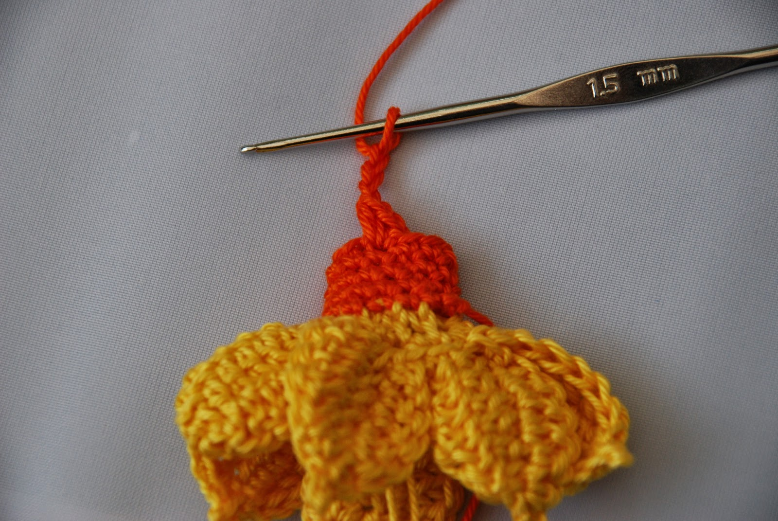 Crochet Daffodil pattern and tutorial: image of stitches for frilly daffodil edge