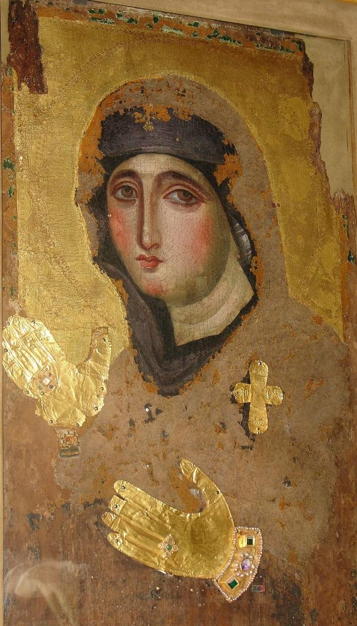 Η μοναδική βυζαντινή εικόνα της Παναγίας Αγιοσορίτισσας. Ζωγραφίστηκε στην Κωνσταντινούπολη τον 7ο αιώνα. Η πρωτότυπη ήταν αχειροποίητος ή του Ευαγγελιστή Λουκά και φυλασσόταν στον ναό των Χαλκοπρατείων στην Κωνσταντινούπολη μαζί με το θεομητορικό κειμήλιο της Αγίας Ζώνης (Αγία Σορός), από όπου πήρε και το όνομά της.