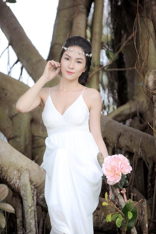 Kim Phượng gợi cảm với đầm trắng