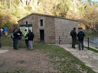 La caseta que regula l'entrada d'aigua al canal en l'inici de la Sèquia de Manresa