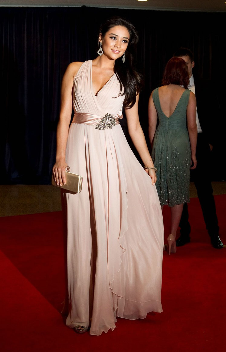 EVENT N°1 : MARIAGE D'EDWARD & BELLA Shay-mitchell-white-house-04