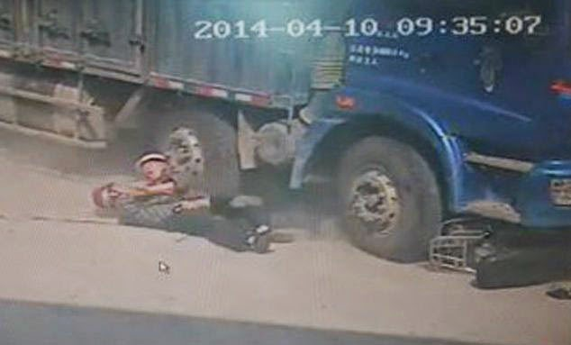 Chinese Father Sacrifices Himself Saves His Son From Lorry