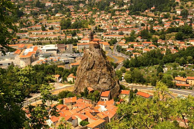 Het kerkje Saint-Michel D'Aiguilhe in Le Puy en Velay staat midden in de stad op een 80 meter hoge rots