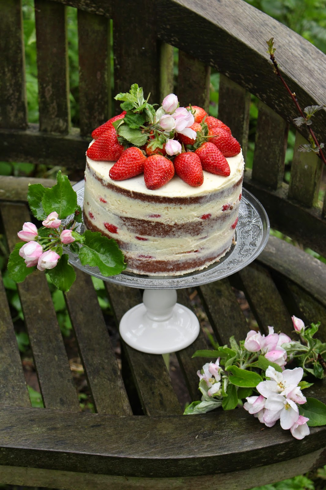 torten lust rezept naked cake erdbeer wei e schokolade buttermilch torte. Black Bedroom Furniture Sets. Home Design Ideas
