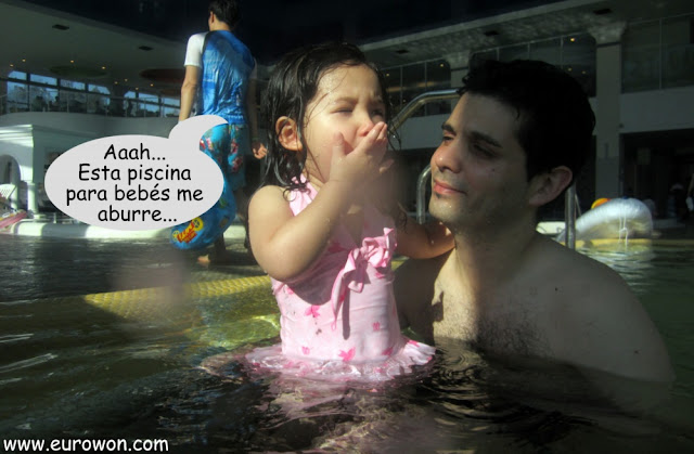 Sonia aburrida en la piscina para bebés