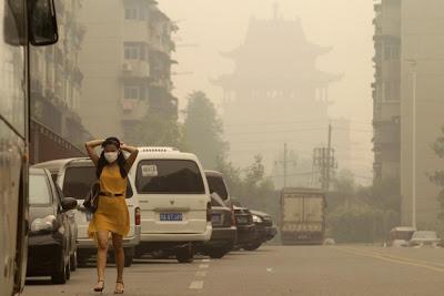 alarma por gas neblina en wuhan china chica con mascara