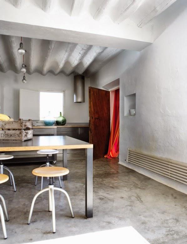 cocina combinada de acero, cemento y madera