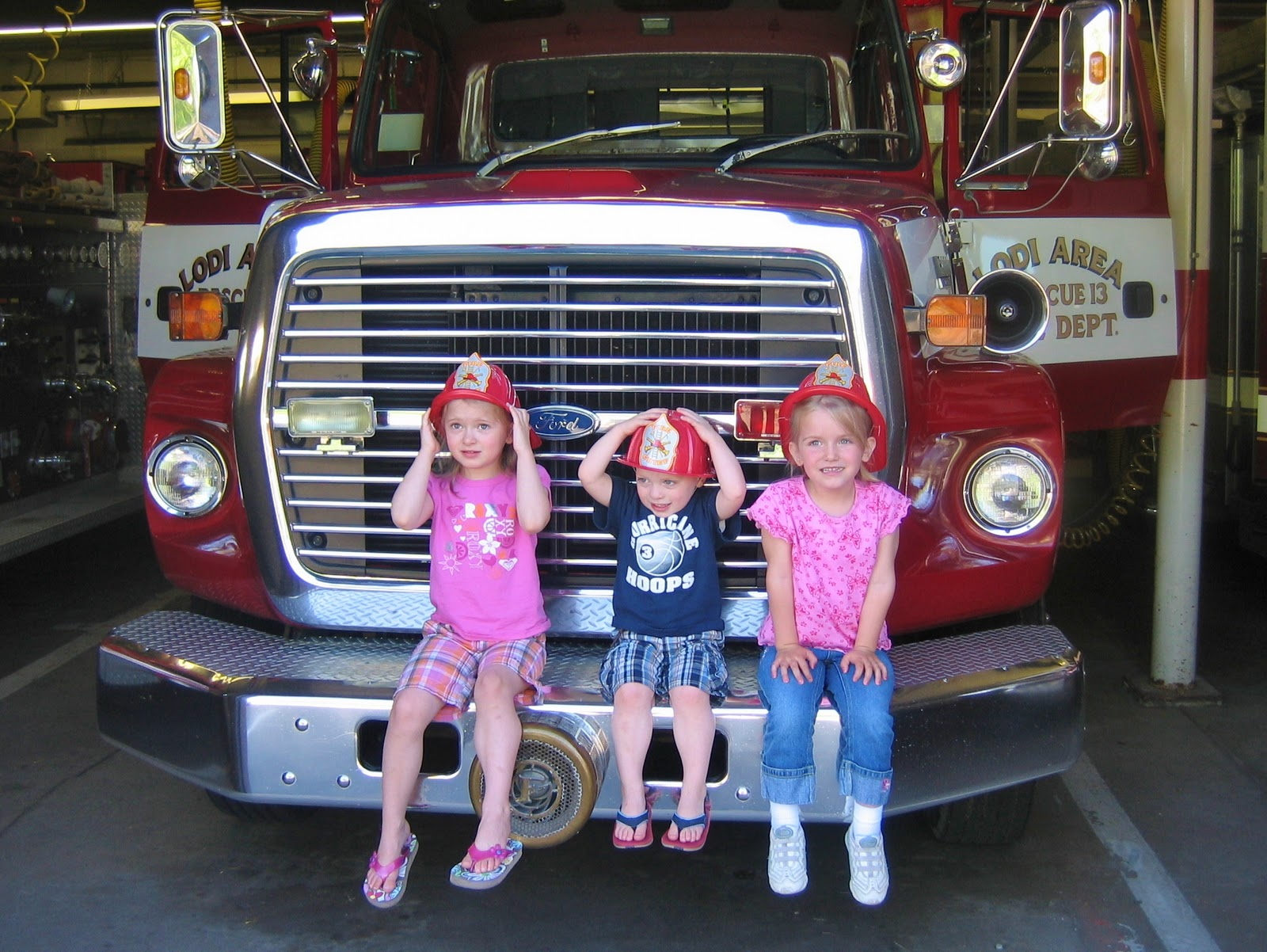 http://4.bp.blogspot.com/-f6ja3dejfZY/ToR67_zJA2I/AAAAAAAAAOA/h0d89r8NoCY/s1600/kids+on+firetruck.jpg