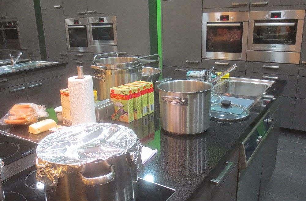 Vorbereitungen für den Kloßkochkurs im MUPÄZ