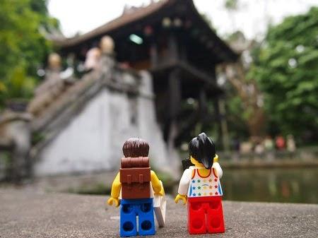 Đôi tình nhân Lego du lịch Hà Nội