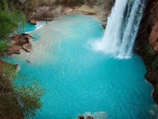 Las cascadas de agua azul verdosa, en Arizona