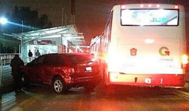 Transporte y auto rojo