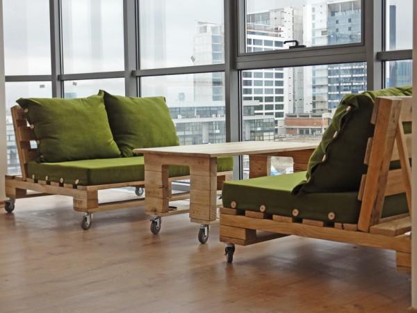 Oficina de experto en vinos amueblada for Muebles hechos con paletas de madera