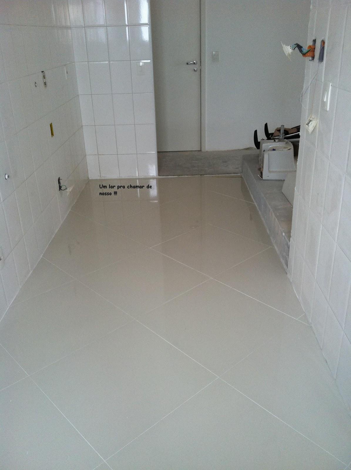 Trocamos o piso por porcelanato bege e deixamos preparado para a  #5A4F46 1195x1600 Banheiro Com Revestimento Branco E Piso Bege
