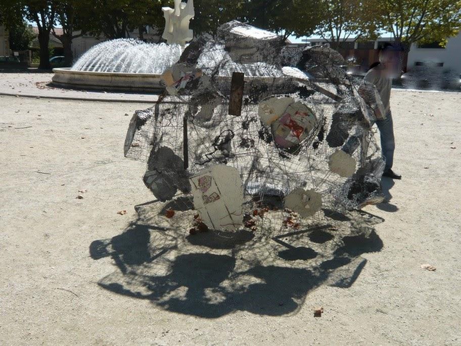 """Installation: """"ce qu'il en reste"""", grillage, ciment"""
