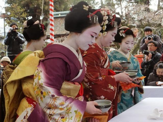 上七軒の芸舞妓さんらが1952(昭和27)年から 野点(のだて)をするようになったという。