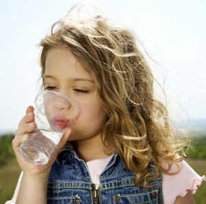 latih anak minum air