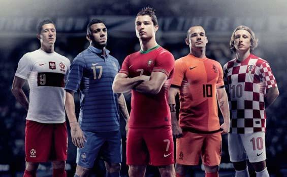 http://4.bp.blogspot.com/-f92uaZjdFbA/T9HAKORx7OI/AAAAAAAAAoI/Ob3E1bg3i78/s1600/Seragam-tim-Euro-2012.jpg