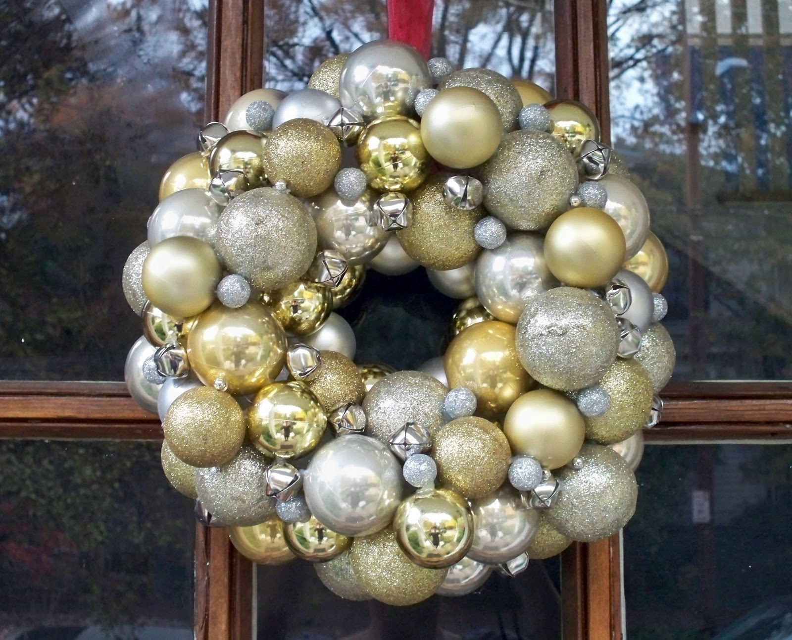 How+to+make+a+ornament+wreath