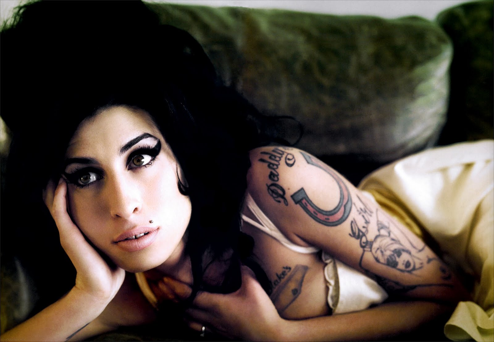 http://4.bp.blogspot.com/-f9yez0jXl9s/Ti3SU9ipD4I/AAAAAAAAAT0/Gs_hFi_tZO4/s1600/Amy-Winehouse-Morre-Foto-Sensual-Nua.jpg