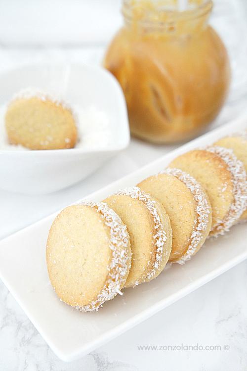 Alfajores de maicena biscotti farciti con dulce de leche ricetta sweetened milk stuffed cookies recipe