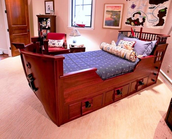Desain kamar tidur anak gaya kapal laut dari kayu mahagoni