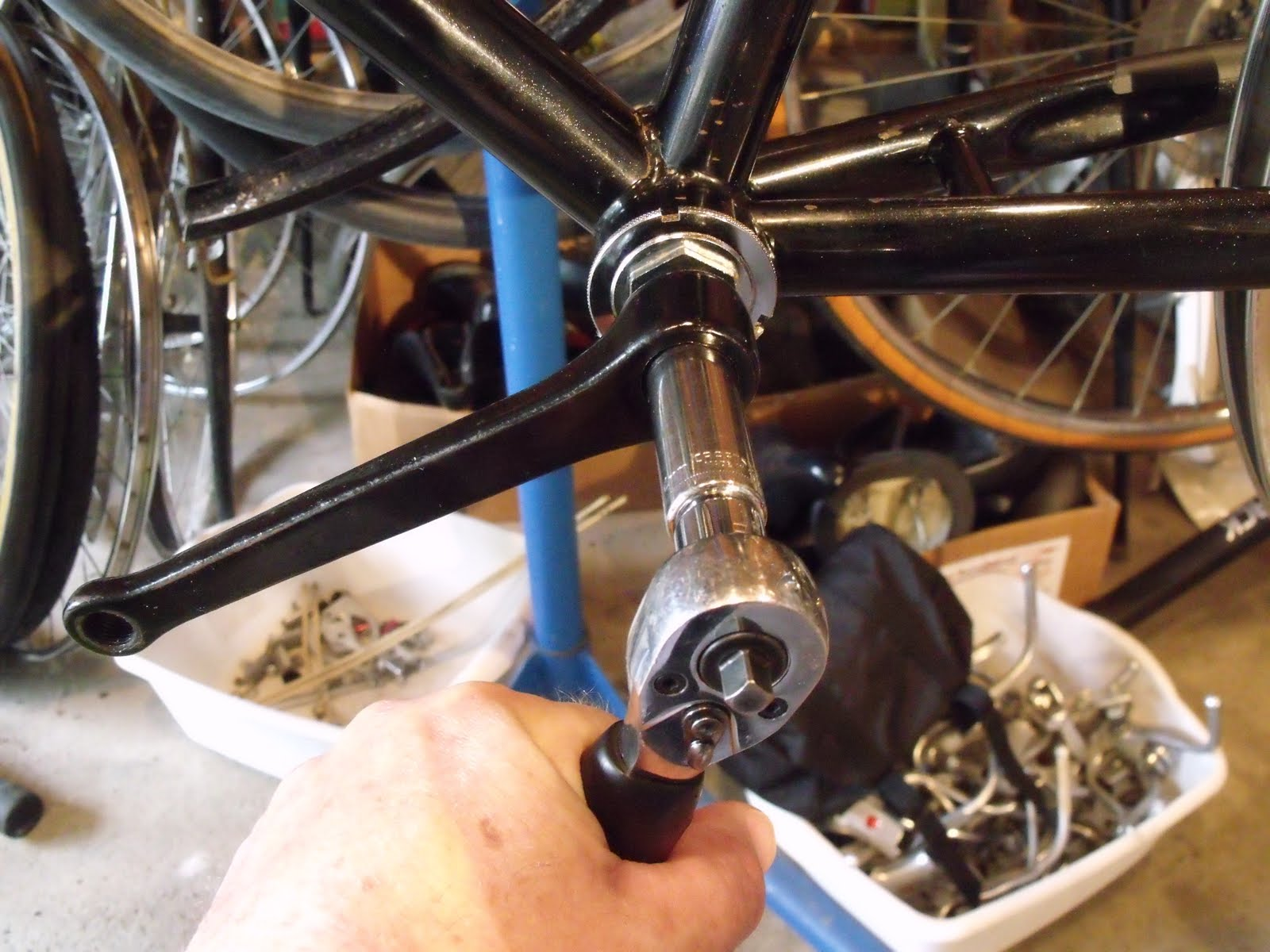 Hughs bicycle blog giant attraction re assembling the bottom above pretend my left hand is on the crank arm it is actually holding the camera this helps me get more leverage while tightening the retainer nut solutioingenieria
