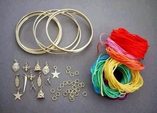 Siapkan bahan-bahannya seperti gelang, benang wol, dan pernak-pernik ...