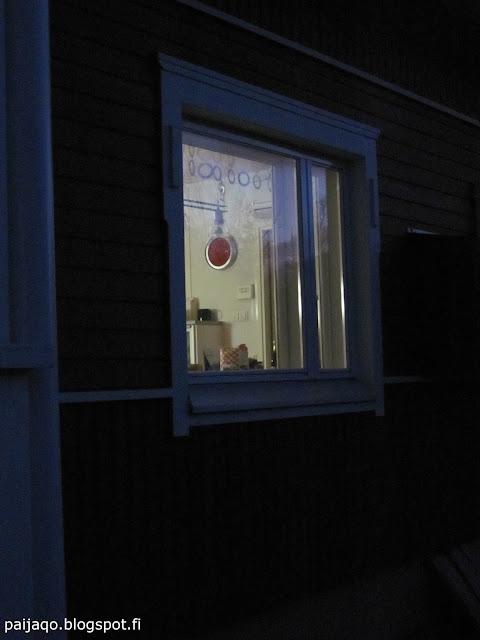 pimeässä keittiön ikkuna