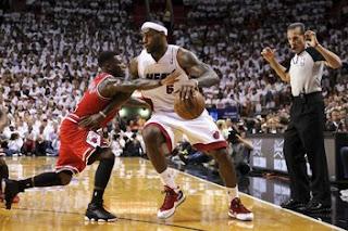 LeBron James menggiring bola