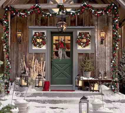 Świąteczna dekoracja frontu domu