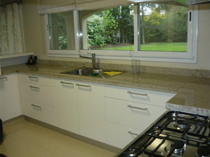 Amoblamiento integral para el hogar cocinas modernas for Revestimiento de cocinas