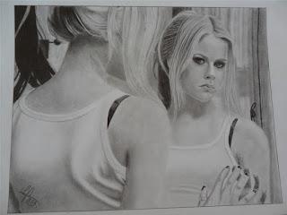 Desenho realista de uma garota se olhando no espelho