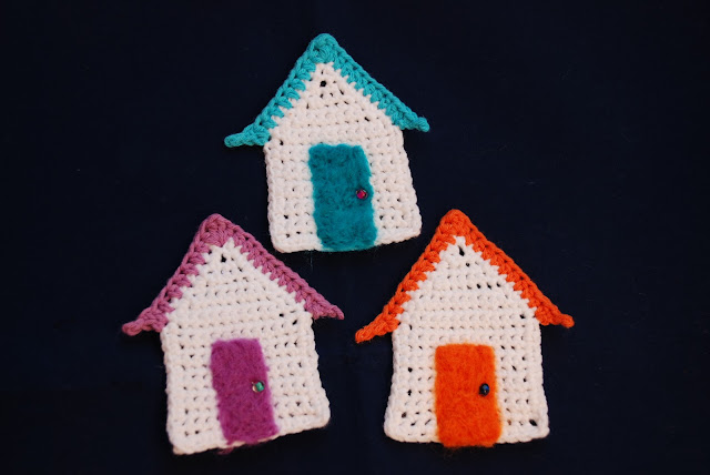 Crochet beach hut pattern and tutorial: image of crochet beach huts with felted doors