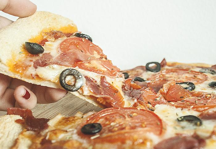 Pizza de jamón serrano y tomate