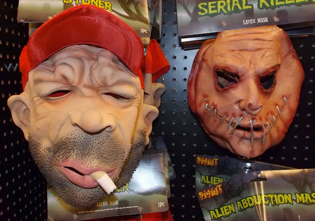 В то время, пока весь мир ждет краха американского доллара, американцы готовятся к празднованию Хэллоуина.  Большие магазины, предлагающие все атрибуты для праздника, больше похожи на парки с аттракционами. Куклы  реагируют на движение и начинают кричать, визжать, петь и пугать людей. В магазине веселая атмосфера и постоянно слышны крики удивленных и напуганных посетителей.  Я не тороплюсь покупать все эти страшилки и пугалки. Но с удовольствием, гуляю с семьёй по магазинам. Я несколько раз хотела взять в руки игрушку что бы разглядеть её. И невольно, с отвращением, бросала её … уж очень реалистичны и страшны куклы.