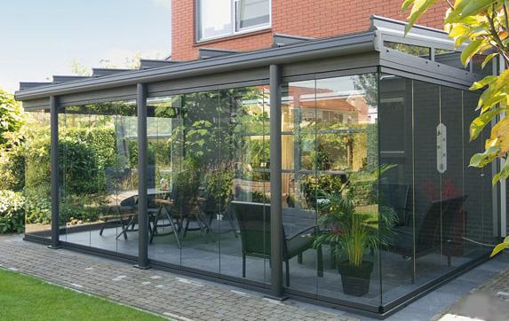 Consigue espacio extra con un patio con paredes de cristal for Decoraciones para paredes de patios